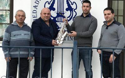 Moca Stone faz doação a banda de música local